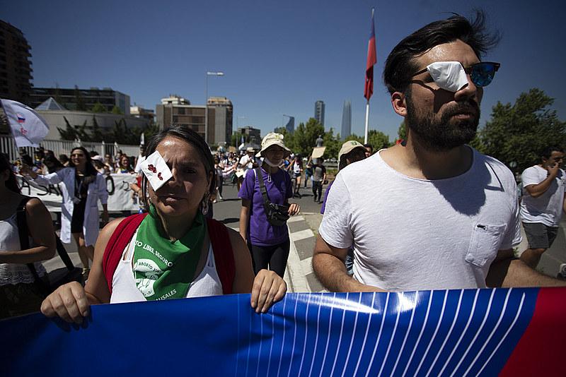 Chilenos durante protesto usaram curativos nos olhos em referência aos 177 casos de lesões oculares