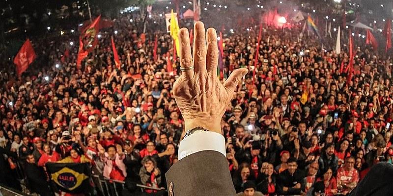 Lula volta ao cenário político com liberdade para transitar pelo país, ainda que não possa participar de eleições