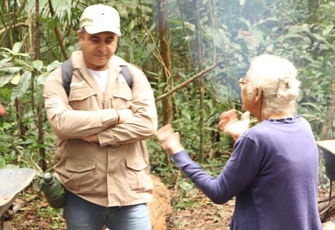 Dona Nanci, moradora mais velha da comunidade do Rio Verde, negocia com agentes ambientais e tenta impedir demolição de casa