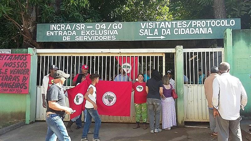 Camponeses montam acampamento em frente ao Incra de Curitiba para protestar contra a paralisação da reforma agrária