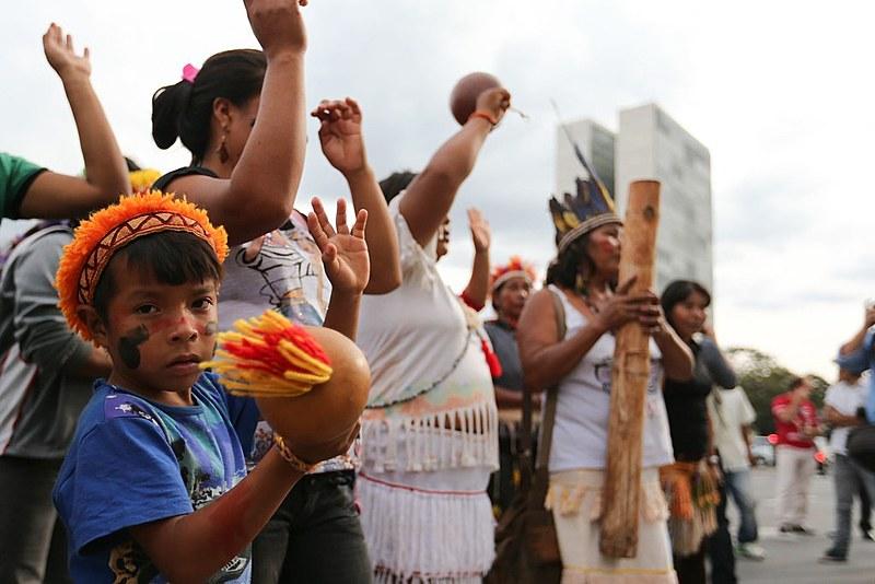 Índios guarani-kaiowá protestam em frente ao Palácio do Planalto contra retrocessos nas políticas de demarcação de terras
