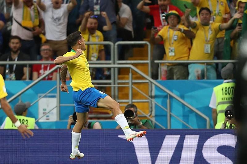 Phillipe Coutinho comemora o golaço de fora da área