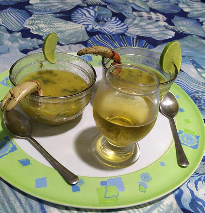 O caldinho, ideal para petiscar, vai bem acompanhado com as patas do caranguejo e limão