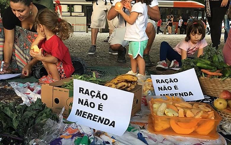 """Mães e crianças no vão do Masp: """"Queremos merenda saudável e não restos de comidas que estão para vencer"""""""