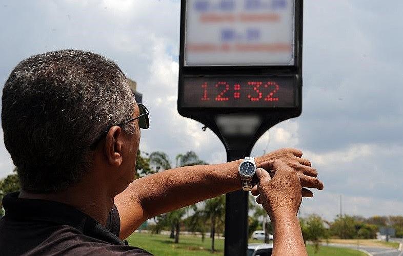 Relógios  devem  ser  atrasados  em  uma  hora  nas  regiões  Sul,  Sudeste  e   Centro-Oeste