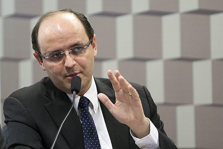 """Rossieli é acusado de crime por """"Expor a vida ou a saúde de outrem a perigo direto e iminente""""."""