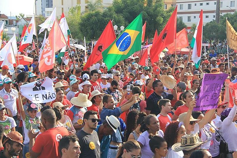 Manifestantes demonstrararam apoio a Haddad, que em contraposição a Bolsonaro (PSL), defende a manutenção das políticas de convivência.