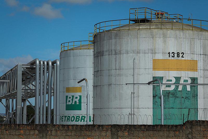 Das 17 refinarias em funcionamento no Brasil, 13 são da Petrobras e têm capacidade instalada de refino diária de 2,4 milhões