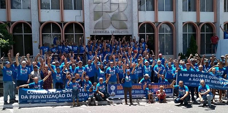 Trabalhadores da Cagepa e movimentos sociais se fizeram presentes na caminha e na audiência pública na Assembleia Legislativa.