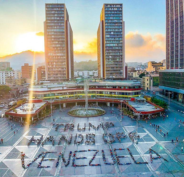 """Jornada de solidariedade com a Venezuela realizada no dia 16 de março;  na foto, lê-se: """"Trump, tire as mãos da Venezuela"""""""