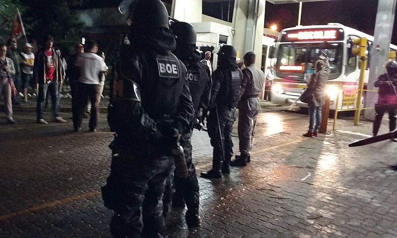 Integrantes da Tropas de Choque da BM reprimiram condutores em frente às garagens de ônibus