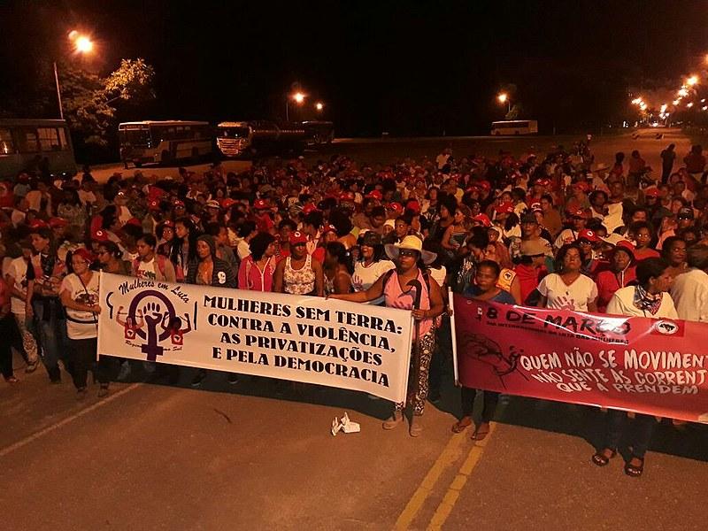 Mulheres Sem Terra ocupam a frente da fábrica Suzano Papel e Celulose, em Mucuri (BA)