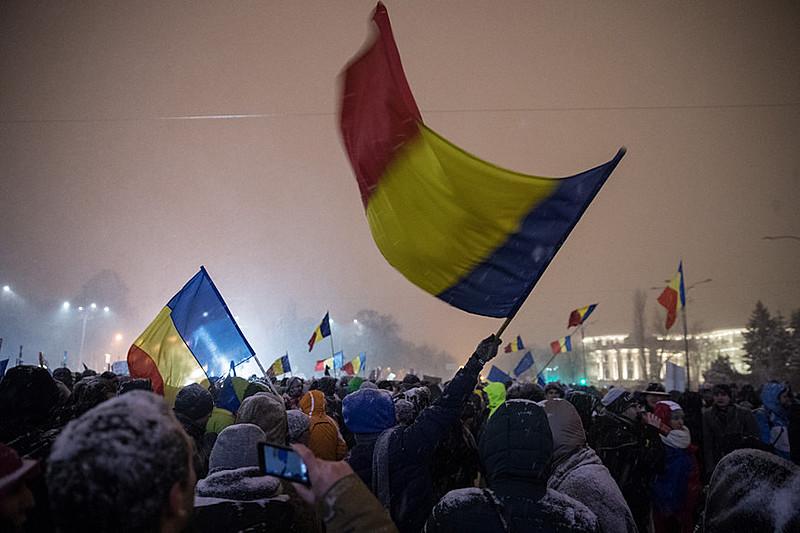 Na noite do domingo (12), mais de 50 mil pessoas saíram às ruas em várias cidades do país