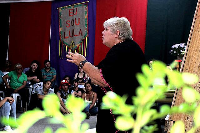 Aleida Guevara se dirige a militantes de movimientos populares en Curitiba