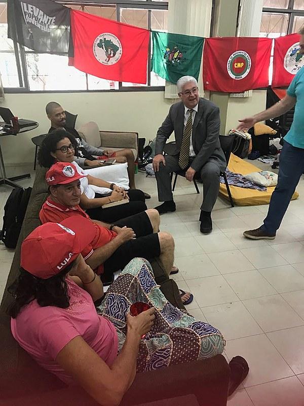 O senador Roberto Requião (MDB-PR) em visita aos militantes que estão em greve de fome há 9 dias.